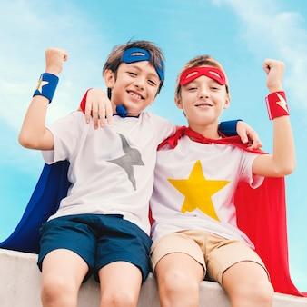 Amis jouant les super-héros ensemble