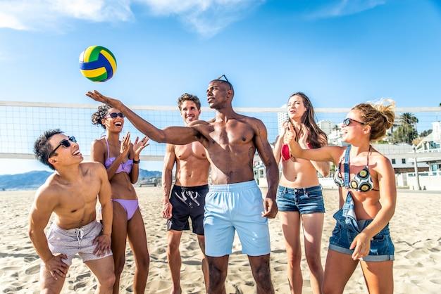 Des amis jouent au beach-volley