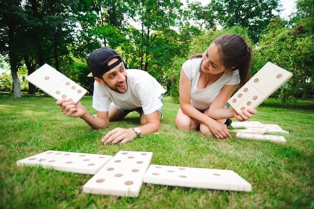 Amis joueurs de domino sur l'herbe verte.
