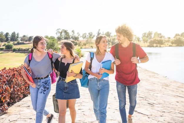 Amis joyeux communiquant après les études