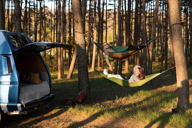 Amis de longue haleine se relaxant dans des hamacs