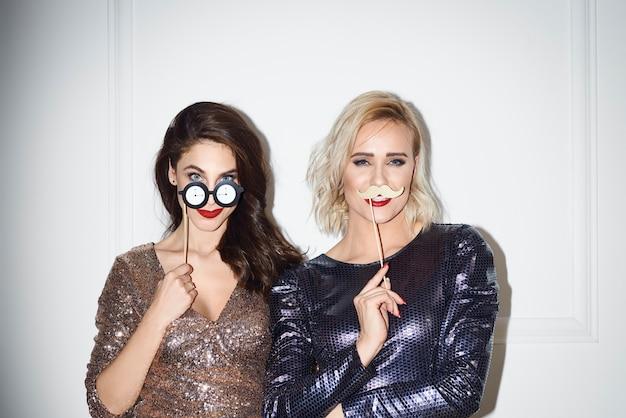 Amis ludiques avec photomaton faisant la fête