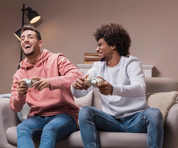 Amis mae excités jouant à des jeux