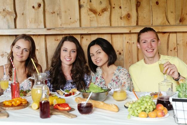 Amis manger ensemble dans un restaurant