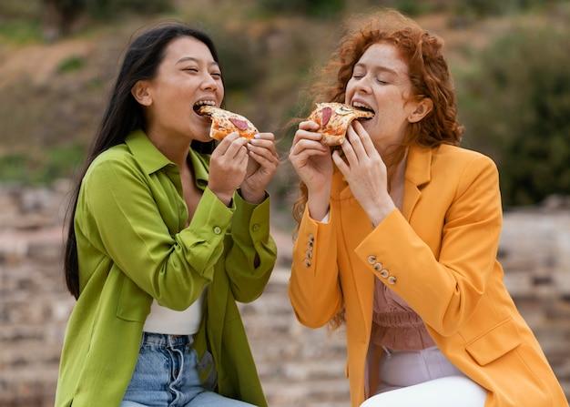 Amis, manger de la nourriture de rue à l'extérieur