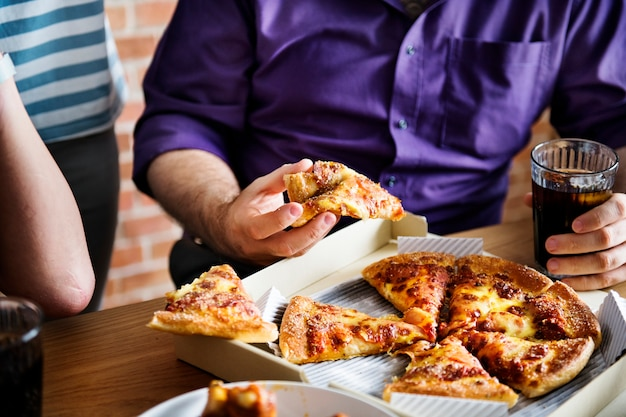 Amis, manger de la pizza ensemble à la maison