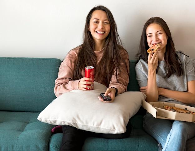 Amis, manger des pizzas ensemble