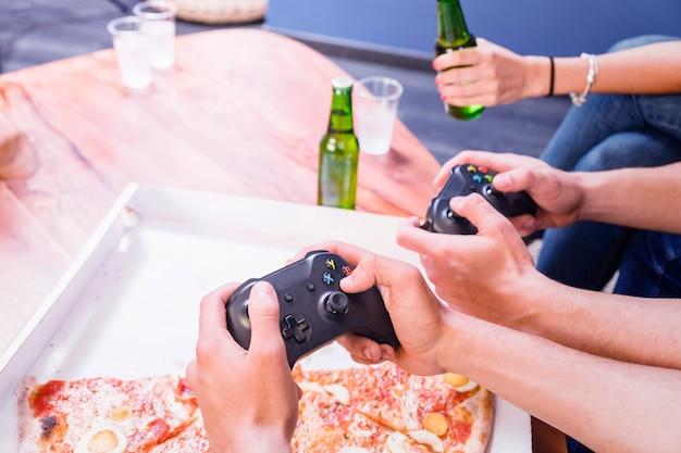 Amis, manger des pizzas et jouer sur la console