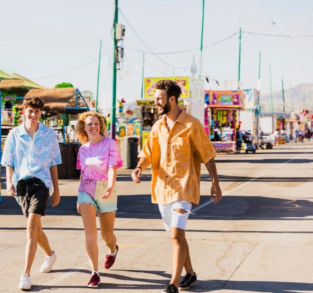 Amis marchant dans les rues de la fête foraine