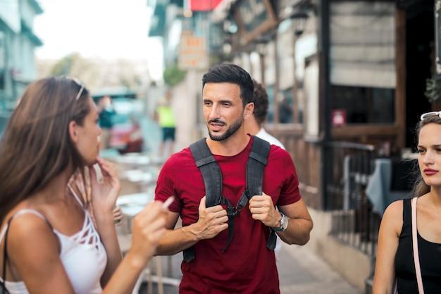 Amis marchant dans la ville