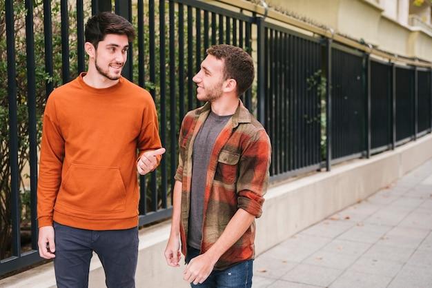 Amis marchant parler dans la rue
