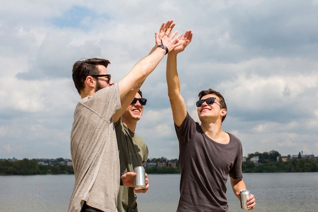 Amis masculins donnant haut cinq