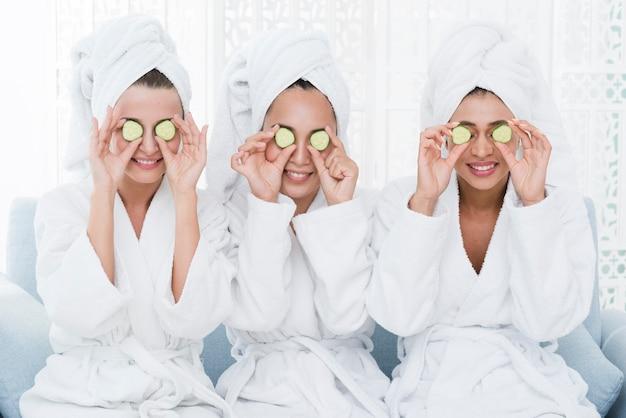 Amis avec un masque facial dans un spa