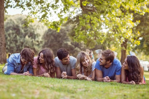 Amis, mentir et parler dans le parc