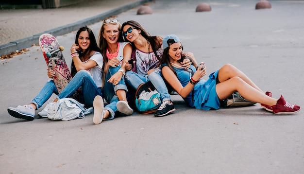 Amis de la mode dans la ville