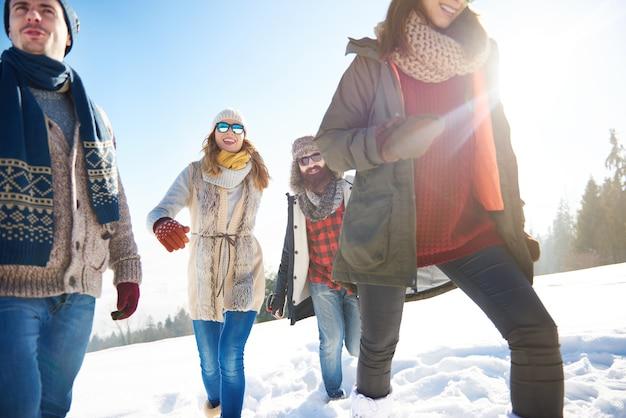 Amis à la mode pendant l'hiver