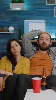 Amis multiethniques riant en regardant un film de comédie en profitant du temps passé ensemble