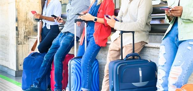 Amis multiraciaux utilisant des applications de téléphones intelligents mobiles