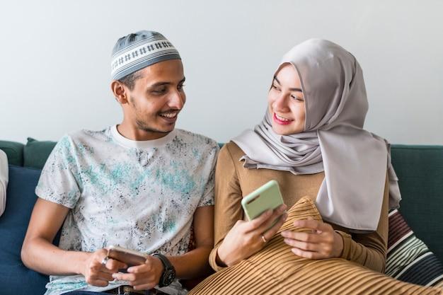 Amis musulmans utilisant les médias sociaux sur les téléphones