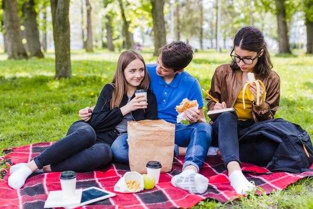 Amis, nourriture et étude