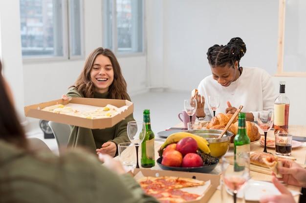 Amis partageant le déjeuner ensemble