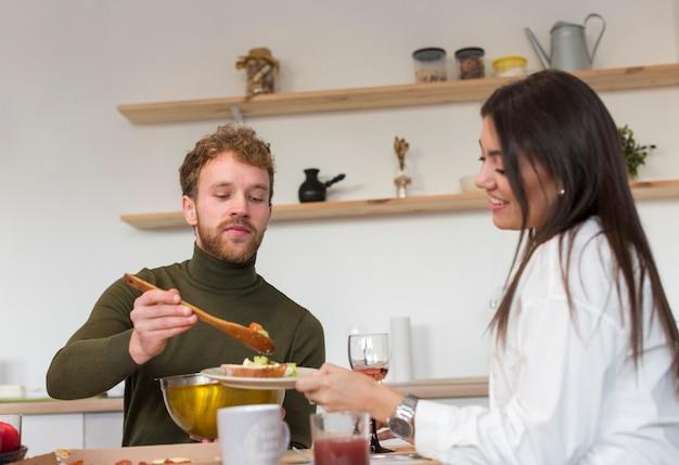Amis partageant le déjeuner à la maison