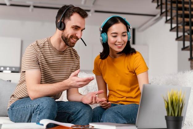 Amis participant à des cours en ligne ensemble