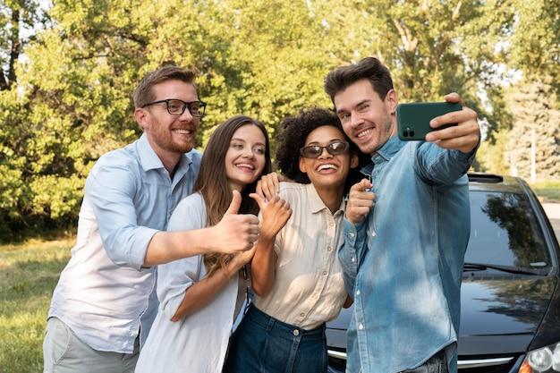Amis passant du temps ensemble à l'extérieur et prenant un selfie