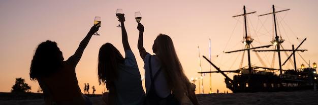 Amis passer du temps ensemble au coucher du soleil