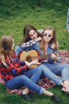 Amis en pique-nique
