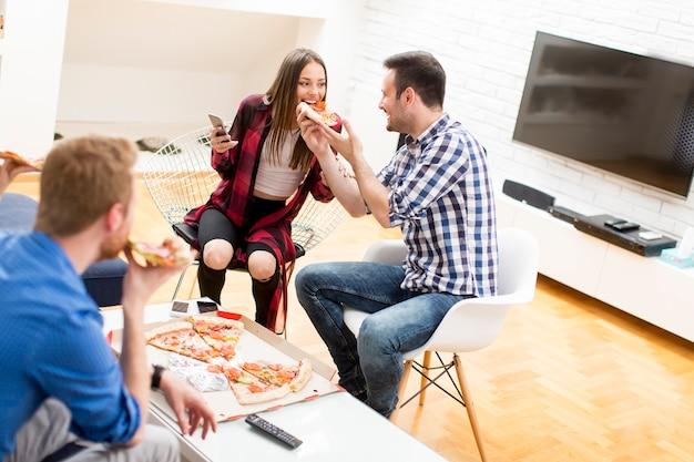 Amis avec pizza