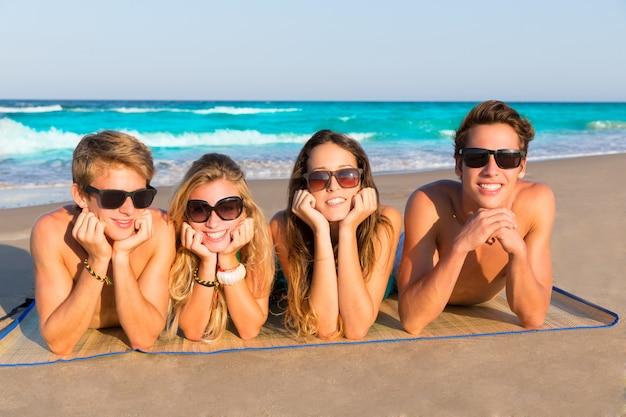 Amis de plage ensemble tourits portrait sur le sable