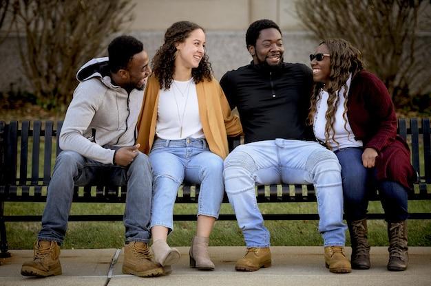 Amis plaisantant et riant ensemble répandant la positivité