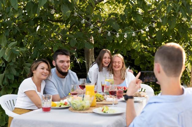Amis de plan moyen assis à table