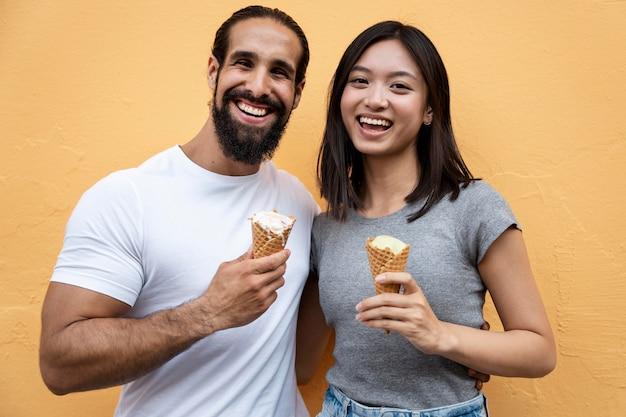 Amis de plan moyen avec de la crème glacée