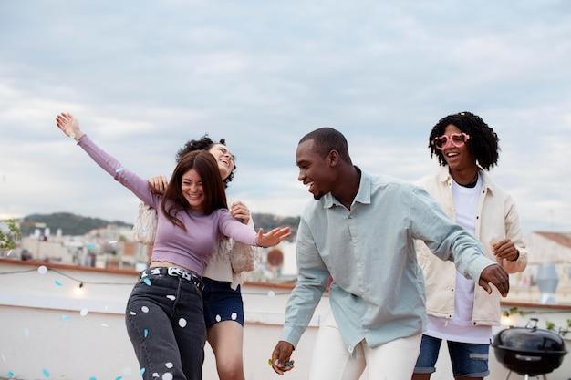 Amis de plan moyen faisant la fête à l'extérieur