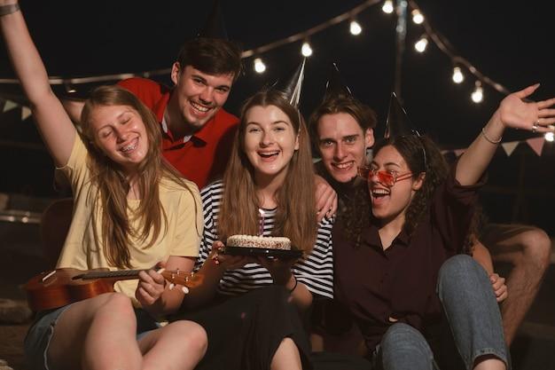 Amis de plan moyen avec un gâteau