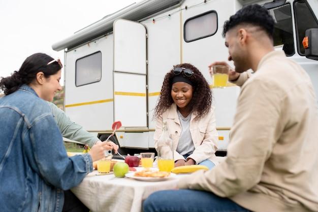 Amis de plan moyen mangeant ensemble
