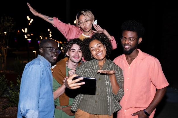 Amis de plan moyen prenant selfie ensemble