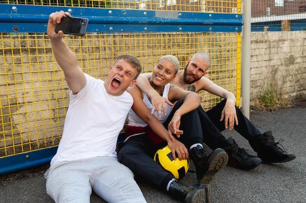 Amis de plan moyen prenant selfie