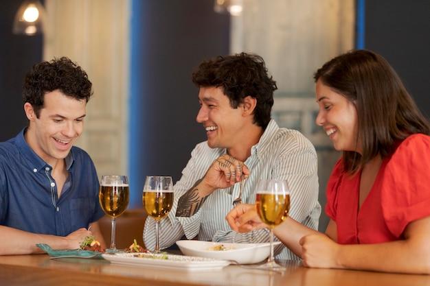 Amis de plan moyen à table