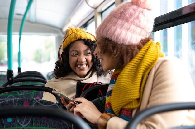 Amis de plan moyen voyageant en bus