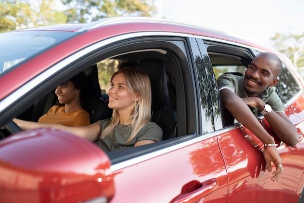 Amis de plan moyen voyageant en voiture