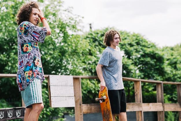 Amis avec des planches dans skatepark