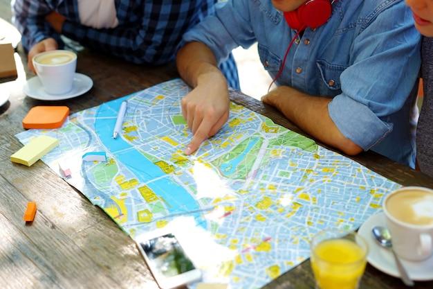 Amis planifiant un voyage à un café.