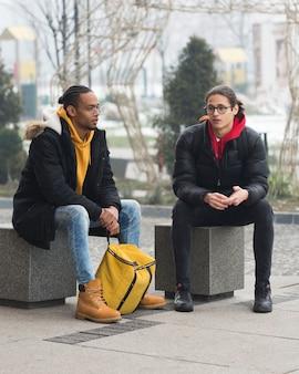 Amis de plein air parlant à l'extérieur