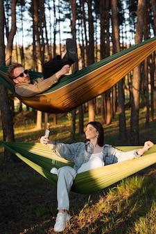 Amis de plein coup se relaxant dans des hamacs