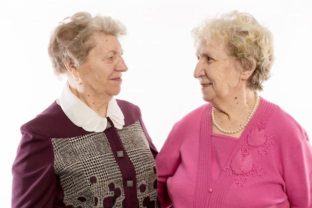 Des amis plus âgés s'embrassent et rient