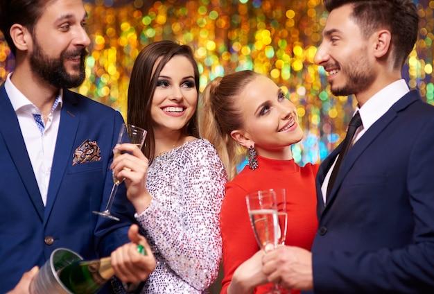 Amis sur le point de célébrer un événement
