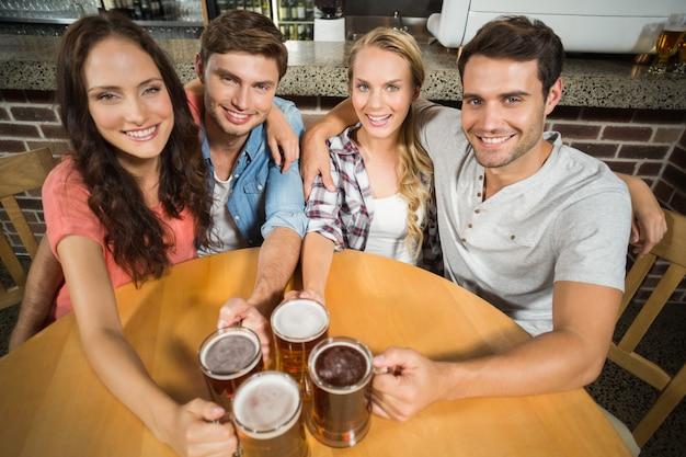 Amis portant des bières